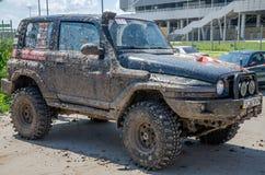 LVIV, UCRANIA - MAYO DE 2016: Diviértase las carreras de coches de la reunión en un polvo del camino de tierra que aumenta a los  Imágenes de archivo libres de regalías