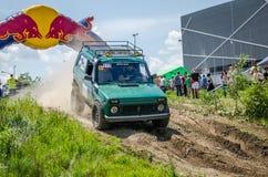 LVIV, UCRANIA - MAYO DE 2016: Diviértase las carreras de coches de la reunión en un polvo del camino de tierra que aumenta a los  Fotografía de archivo libre de regalías