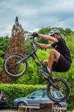 LVIV, UCRANIA - MAYO DE 2016: El deportista en un casco de la bicicleta está compitiendo con en la velocidad que despide la compe Foto de archivo libre de regalías
