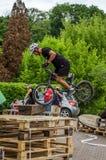 LVIV, UCRANIA - MAYO DE 2016: El deportista en un casco de la bicicleta está compitiendo con en la velocidad que despide la compe Imagen de archivo libre de regalías