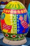 LVIV, UCRANIA - MAYO DE 2016: Huevo coloreado enorme de Pysanka de los huevos con diversos diseños y modelos tradicionales en tem Fotografía de archivo libre de regalías