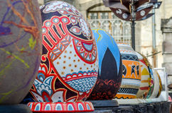 LVIV, UCRANIA - MAYO DE 2016: Huevo coloreado enorme de Pysanka de los huevos con diversos diseños y modelos tradicionales en tem Imagen de archivo libre de regalías