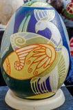 LVIV, UCRANIA - MAYO DE 2016: Huevo coloreado enorme de Pysanka de los huevos con diversos diseños y modelos tradicionales en tem Foto de archivo