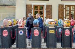 LVIV, UCRANIA - MAYO DE 2016: Los turistas y los espectadores caminan en la exposición de los huevos pintados Pysanka para la gen Imagen de archivo libre de regalías