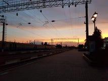 Lviv, Ucrania - oktober 10 2017: El tren de pasajeros se coloca en un ferrocarril perforado debajo de un arco del metal hecho en  Imagenes de archivo