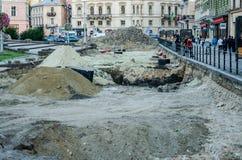 Lviv, Ucrania - septiembre de 2015: Reparación de la reconstrucción del camino en Liberty Avenue en Lviv Fotos de archivo libres de regalías