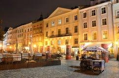 Lviv, Ucrania, septiembre, 15, 2013 Plaza del mercado en Lviv en la noche Imágenes de archivo libres de regalías