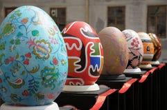 LVIV, UCRÂNIA - 2 de maio: Ovos da páscoa falsificados grandes no festival de Foto de Stock