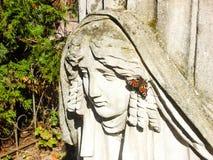 LVIV UKRAINA - April 20 2007: Gammal staty på grav i den Lychakivskyj kyrkogården av Lviv Ukraina Officiellt statlig historia och Royaltyfri Foto