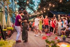 Lviv Ukraina - Augusti 4, 2018 Folk som dansar salsa och bachata i utomhus- kafé i Lviv arkivbilder