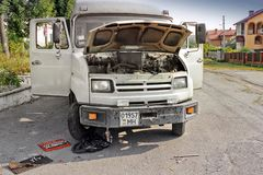 Lviv Ukraina - Augusti 25, 2018: Reparation av en gammal buss i gatan royaltyfri fotografi