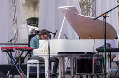 Lviv Ukraina Czerwiec 2015: Alfa Jazzowy Fest 2015 Muzyka kontrasta tercetu zespół bawić się pianino na scena festiwalu jazzowym  Obrazy Royalty Free