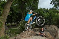 LVIV UKRAINA, CZERWIEC, - 2018: Cyklista wykonuje sztuczki na rowerowej próbie pokonywać przeszkoda kurs zdjęcie stock