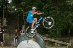 LVIV UKRAINA, CZERWIEC, - 2018: Cyklista wykonuje sztuczki na rowerowej próbie pokonywać przeszkoda kurs obraz stock