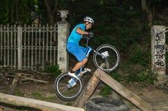 LVIV UKRAINA, CZERWIEC, - 2018: Cyklista wykonuje sztuczki na rowerowej próbie pokonywać przeszkoda kurs zdjęcie royalty free