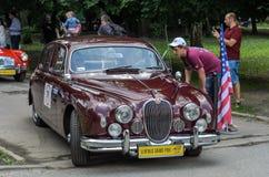 LVIV UKRAINA, CZERWIEC, - 2018: Luksusowy stary rocznik retro samochodowy Jaguar jedzie przez ulic miasto zdjęcia royalty free