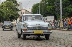 LVIV UKRAINA, CZERWIEC, - 2018: Radzieckiego starego rocznika retro samochód GAZ Volga 21 jedzie przez ulic miasto Zdjęcie Stock