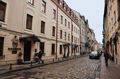 Lviv Ukraina - Januari 24, 2015: Lviv cityscape Sikt av den Lviv gatan med den gamla arkitekturen och kullersten Arkivbilder