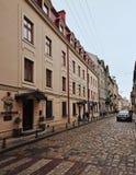 Lviv Ukraina - Januari 24, 2015: Lviv cityscape Sikt av den Lviv gatan med den gamla arkitekturen och kullersten Arkivbild