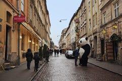 Lviv Ukraina - Januari 24, 2015: Lviv cityscape Sikt av den Lviv gatan med gammalt gå för arkitektur och för folk Stor pandaente Arkivfoton