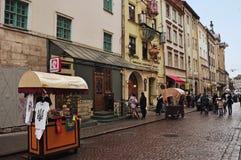Lviv Ukraina - Januari 24, 2015: Lviv cityscape Sikten av den Lviv gatan med den gamla arkitekturen, souvenir shoppar och gå tour Royaltyfri Fotografi