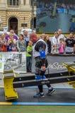 LVIV UKRAINA - JULI 2016: Den starka idrottsman nenkroppsbyggarestrongmanen bär laget för världen för heavy metaldesignkonkurrens Royaltyfri Foto