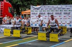 LVIV UKRAINA - JULI 2016: Den starka idrottsman nenkroppsbyggarestrongmanen bär laget för världen för heavy metaldesignkonkurrens Royaltyfri Bild