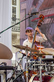 Lviv Ukraina Juni 2015: Alfabetisk Jazz Fest 2015 MusikerContrast Trio musikband som spelar basen på etappjazzfestival på marknad arkivbilder