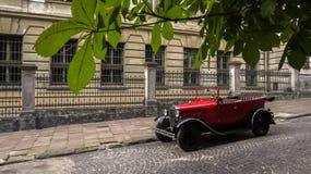 Lviv Ukraina - Juni 27, 2017: Sovjetiska år för bil 30 xx GAZ-A Arkivfoto