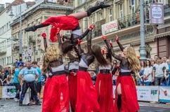LVIV UKRAINA - JUNI 2016: Unga charma sexiga flickor utför en dans med henne på gatan framme av åhörarna i det rött, w Fotografering för Bildbyråer