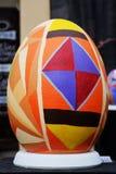 LVIV UKRAINA, Kwiecień, - 04: Duzi sfałszowani Wielkanocni jajka przy festiwalem o Obraz Royalty Free
