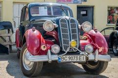 LVIV UKRAINA, KWIECIEŃ, -, 2016: Starego rocznika retro samochód z chrom częściami zdjęcie royalty free
