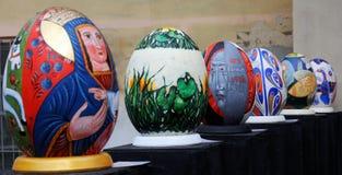 LVIV UKRAINA, Kwiecień, - 04: Duzi sfałszowani Wielkanocni jajka przy festiwalem o Obraz Stock