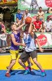 Lviv Ukraina, Lipiec, - 2015: Yarych uliczny Fest 2015 Uliczna koszykówki rywalizacja przy festiwalem blisko Lviv opery Gracze f Obrazy Stock