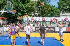 Lviv Ukraina, Lipiec, - 2015: Yarych uliczny Fest 2015 Uliczna koszykówki rywalizacja przy festiwalem blisko Lviv opery Gracze f Fotografia Stock