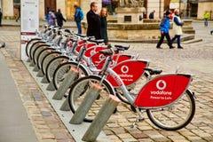 Lviv Ukraina, Listopad, -, 2017 Bicykle dla czynszu od firmy Vodafone Wycieczka rowerem w starym mieście Obrazy Stock