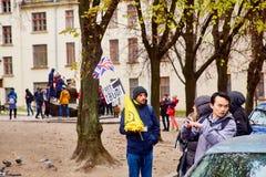 Lviv Ukraina, Listopad, -, 2017 Przewdonik Lviv dzwoni turystów dla wycieczki Mężczyzna z Brytyjską flaga oferuje bezpłatną wycie obrazy royalty free