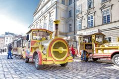 Lviv, UKRAINA, Luty 27, 2017: koloru żółtego pociąg w centrum Lviv Zdjęcie Stock