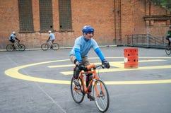 LVIV UKRAINA, MAJ, - 2017: Atlety mężczyzna na bicyklach bawić się w roweru polo przy rywalizacjami Zdjęcia Stock