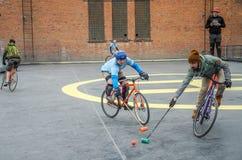 LVIV UKRAINA, MAJ, - 2017: Atlety mężczyzna na bicyklach bawić się w roweru polo przy rywalizacjami Fotografia Royalty Free