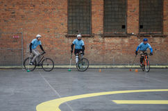 LVIV UKRAINA, MAJ, - 2017: Atlety mężczyzna na bicyklach bawić się w roweru polo przy rywalizacjami Obraz Stock