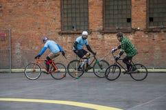 LVIV UKRAINA, MAJ, - 2017: Atlety mężczyzna na bicyklach bawić się w roweru polo przy rywalizacjami Zdjęcie Royalty Free