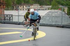 LVIV UKRAINA, MAJ, - 2017: Atlety mężczyzna na bicyklach bawić się w roweru polo przy rywalizacjami Fotografia Stock