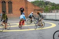 LVIV UKRAINA, MAJ, - 2017: Atlety mężczyzna na bicyklach bawić się w roweru polo przy rywalizacjami Zdjęcia Royalty Free