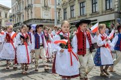 LVIV UKRAINA - MAJ 2018: Barn i nationella dräkter på en ståta i centret arkivfoto