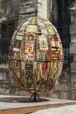 LVIV UKRAINA - MAJ 6 2014: Det dekorativa påskägget som göras av, weaven royaltyfri foto
