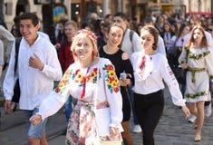 LVIV UKRAINA - MAJ 18, 2017: Folk som bär Vyshyvanka, traditi Arkivfoton
