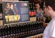 Lviv Ukraina, Maj, - 20, 2017: Klienci patrzeją butelki piwo Obraz Stock