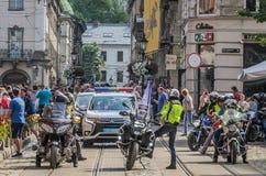 LVIV UKRAINA, MAJ, - 2018: Motocykliści jadą wokoło miasta w kolumnie towarzyszącej policją zdjęcia royalty free