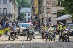 LVIV UKRAINA, MAJ, - 2018: Motocykliści jadą wokoło miasta w kolumnie towarzyszącej policją obraz stock